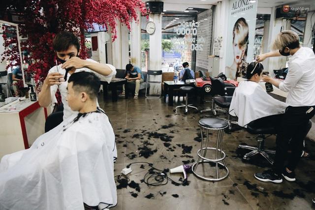 Người Sài Gòn đổ xô đi cắt tóc sau 3 tuần giãn cách xã hội, tiệm tóc phải từ chối khách vì quá đông - Ảnh 16.