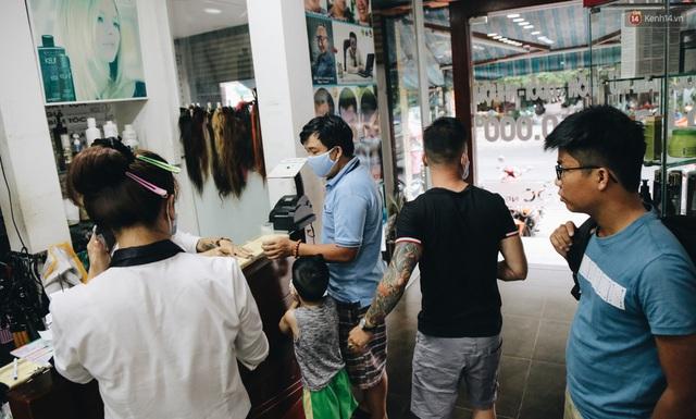 Người Sài Gòn đổ xô đi cắt tóc sau 3 tuần giãn cách xã hội, tiệm tóc phải từ chối khách vì quá đông - Ảnh 17.
