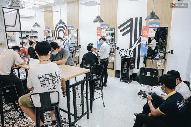 Người Sài Gòn đổ xô đi cắt tóc sau 3 tuần giãn cách xã hội, tiệm tóc phải từ chối khách vì quá đông - Ảnh 5.