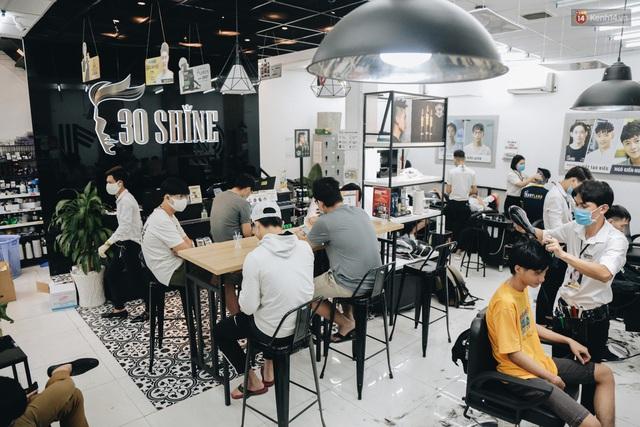 Người Sài Gòn đổ xô đi cắt tóc sau 3 tuần giãn cách xã hội, tiệm tóc phải từ chối khách vì quá đông - Ảnh 7.