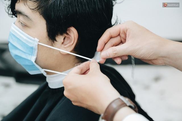 Người Sài Gòn đổ xô đi cắt tóc sau 3 tuần giãn cách xã hội, tiệm tóc phải từ chối khách vì quá đông - Ảnh 8.