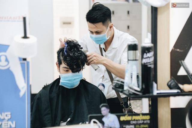 Người Sài Gòn đổ xô đi cắt tóc sau 3 tuần giãn cách xã hội, tiệm tóc phải từ chối khách vì quá đông - Ảnh 9.