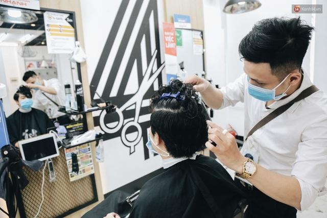 Người Sài Gòn đổ xô đi cắt tóc sau 3 tuần giãn cách xã hội, tiệm tóc phải từ chối khách vì quá đông - Ảnh 10.