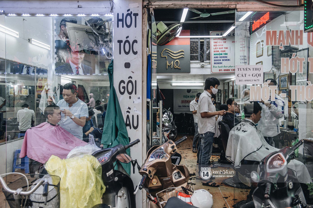 Người Hà Nội ngồi đợi được cắt tóc sau 3 tuần cách ly xã hội - Ảnh 1.