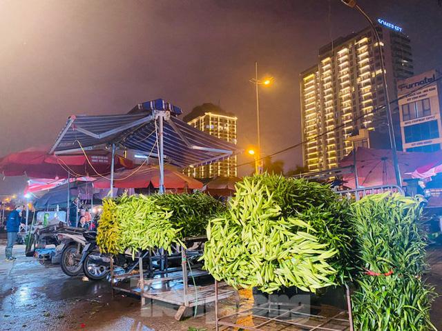 Chợ hoa đêm lớn nhất Thủ Đô vắng khách sau khi dỡ phong toả - Ảnh 1.