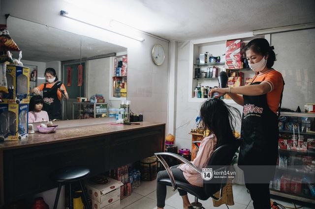 Người Hà Nội ngồi đợi được cắt tóc sau 3 tuần cách ly xã hội - Ảnh 11.