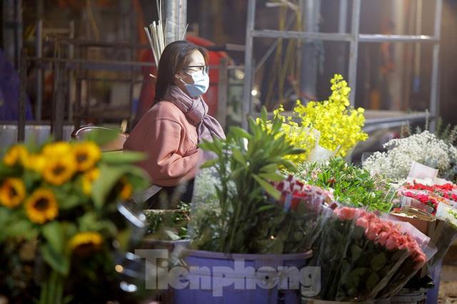 Chợ hoa đêm lớn nhất Thủ Đô vắng khách sau khi dỡ phong toả - Ảnh 11.