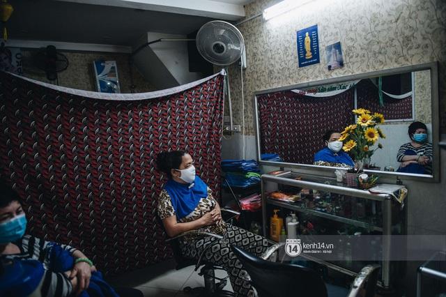 Người Hà Nội ngồi đợi được cắt tóc sau 3 tuần cách ly xã hội - Ảnh 12.