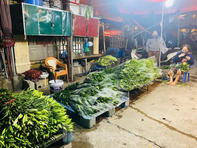 Chợ hoa đêm lớn nhất Thủ Đô vắng khách sau khi dỡ phong toả - Ảnh 12.