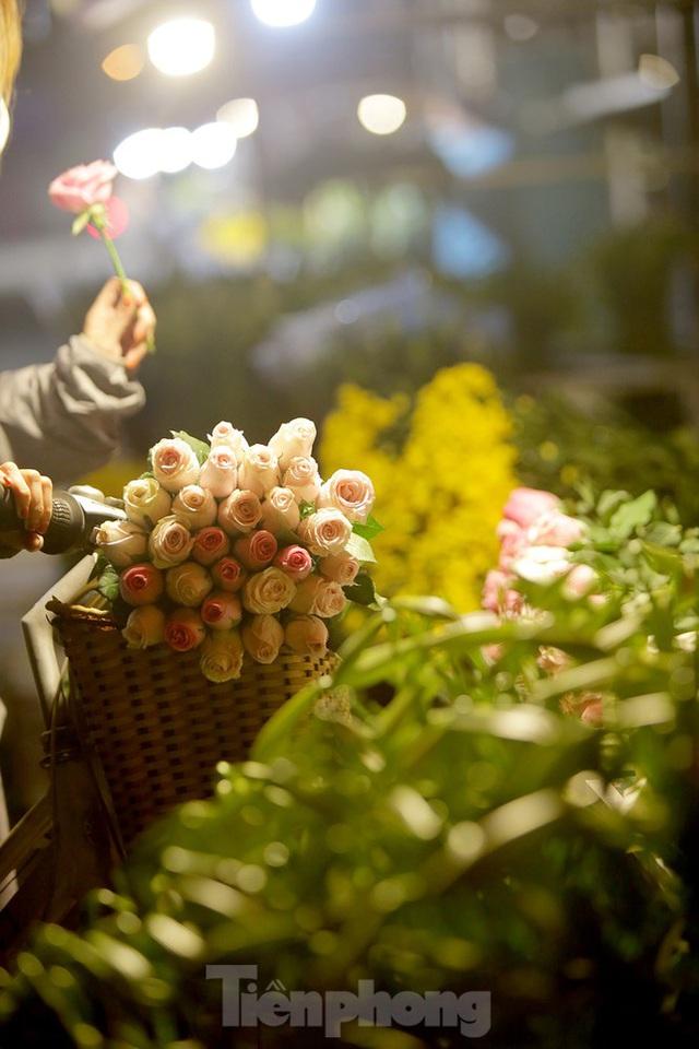 Chợ hoa đêm lớn nhất Thủ Đô vắng khách sau khi dỡ phong toả - Ảnh 13.