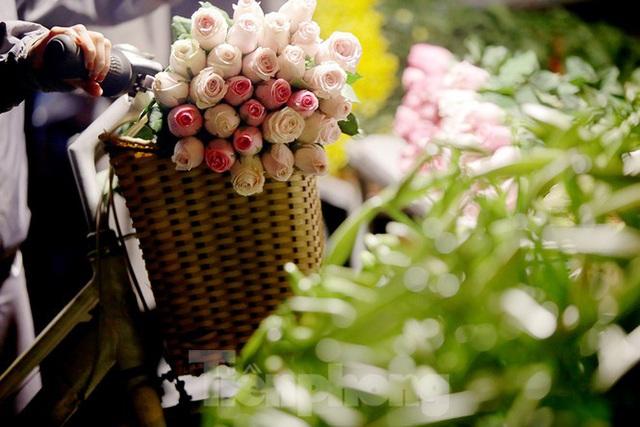 Chợ hoa đêm lớn nhất Thủ Đô vắng khách sau khi dỡ phong toả - Ảnh 15.