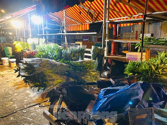 Chợ hoa đêm lớn nhất Thủ Đô vắng khách sau khi dỡ phong toả - Ảnh 3.