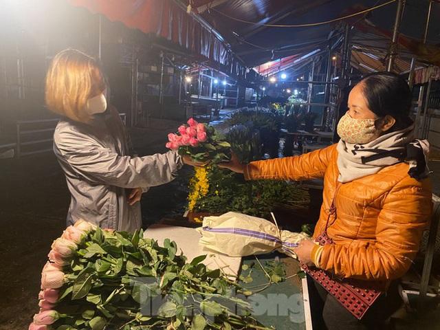 Chợ hoa đêm lớn nhất Thủ Đô vắng khách sau khi dỡ phong toả - Ảnh 5.