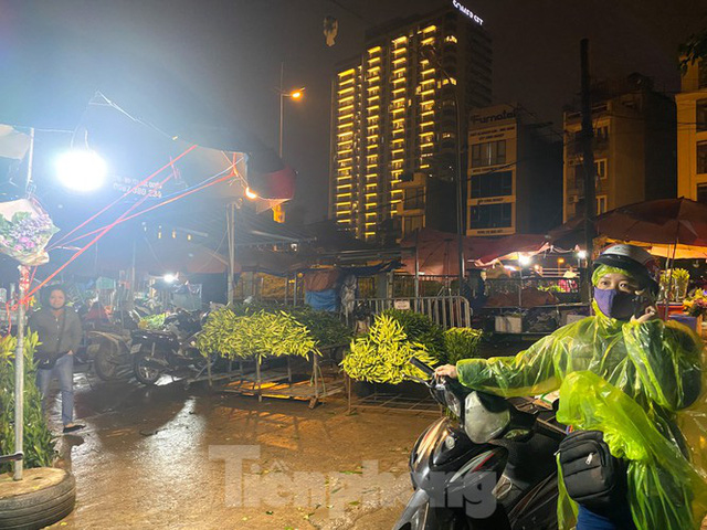 Chợ hoa đêm lớn nhất Thủ Đô vắng khách sau khi dỡ phong toả - Ảnh 7.