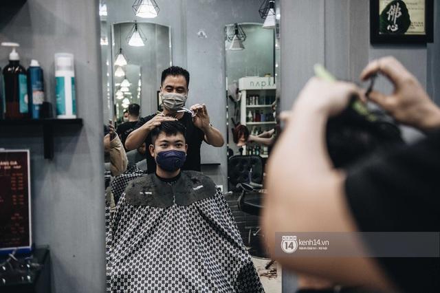 Người Hà Nội ngồi đợi được cắt tóc sau 3 tuần cách ly xã hội - Ảnh 9.