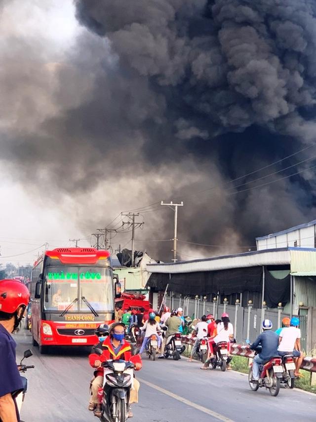 Đang cháy rất lớn tại công ty bao bì ở Cái Bè  - Ảnh 1.