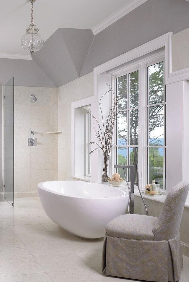 Phòng tắm sang trọng, hiện đại hơn với bồn oval đơn sắc - Ảnh 1.