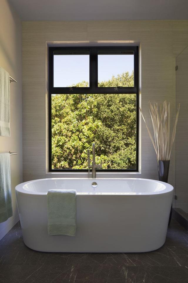 Phòng tắm sang trọng, hiện đại hơn với bồn oval đơn sắc - Ảnh 2.