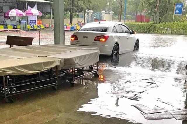 Bệnh viện ngập sâu trong nước sau cơn mưa chiều - Ảnh 1.