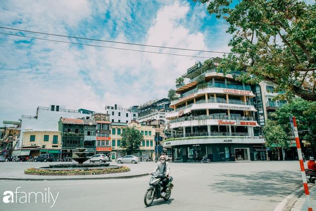 Hồ Hoàn Kiếm ngày cuối tuần bình yên, cuộc sống chậm lại khiến cho nhiều người chợt nhận ra nơi đây có nhiều thứ đẹp mà ngày thường chẳng hề hay biết - Ảnh 1.