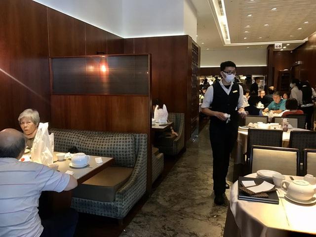 """Đi ăn nhưng vẫn không quên phòng dịch: Quán xá khắp châu Á tung ra một loạt """"chiêu thức"""" khó đỡ, hạn chế cho khách tiếp xúc với nhau - Ảnh 15."""