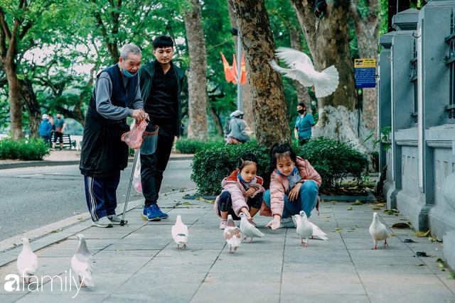 Hồ Hoàn Kiếm ngày cuối tuần bình yên, cuộc sống chậm lại khiến cho nhiều người chợt nhận ra nơi đây có nhiều thứ đẹp mà ngày thường chẳng hề hay biết - Ảnh 13.