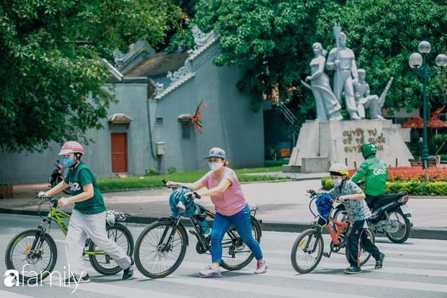 Hồ Hoàn Kiếm ngày cuối tuần bình yên, cuộc sống chậm lại khiến cho nhiều người chợt nhận ra nơi đây có nhiều thứ đẹp mà ngày thường chẳng hề hay biết - Ảnh 14.