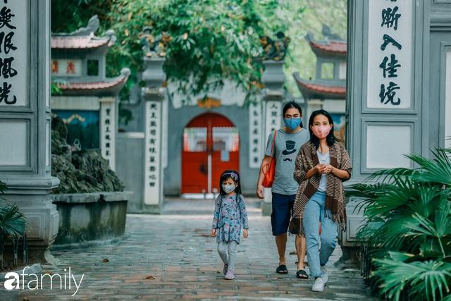 Hồ Hoàn Kiếm ngày cuối tuần bình yên, cuộc sống chậm lại khiến cho nhiều người chợt nhận ra nơi đây có nhiều thứ đẹp mà ngày thường chẳng hề hay biết - Ảnh 17.