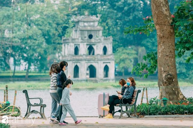 Hồ Hoàn Kiếm ngày cuối tuần bình yên, cuộc sống chậm lại khiến cho nhiều người chợt nhận ra nơi đây có nhiều thứ đẹp mà ngày thường chẳng hề hay biết - Ảnh 18.