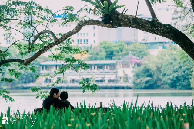 Hồ Hoàn Kiếm ngày cuối tuần bình yên, cuộc sống chậm lại khiến cho nhiều người chợt nhận ra nơi đây có nhiều thứ đẹp mà ngày thường chẳng hề hay biết - Ảnh 19.