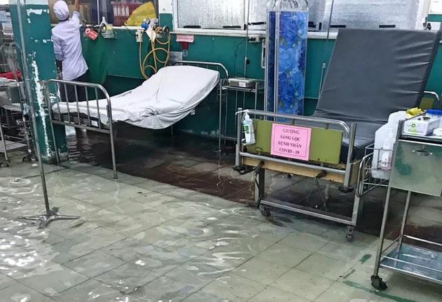 Bệnh viện ngập sâu trong nước sau cơn mưa chiều - Ảnh 3.
