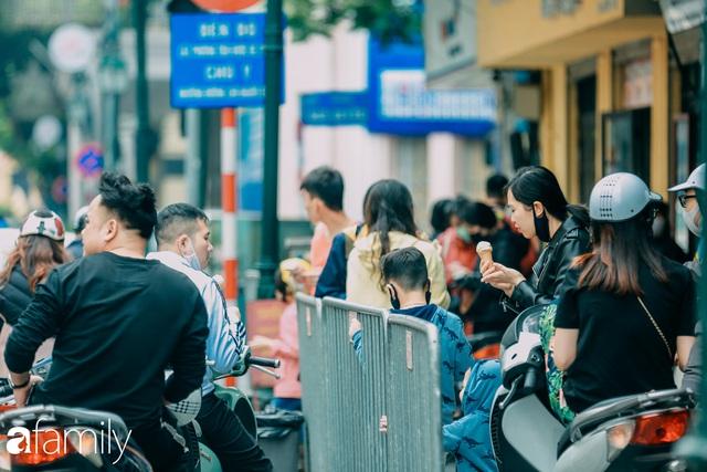 Hồ Hoàn Kiếm ngày cuối tuần bình yên, cuộc sống chậm lại khiến cho nhiều người chợt nhận ra nơi đây có nhiều thứ đẹp mà ngày thường chẳng hề hay biết - Ảnh 21.