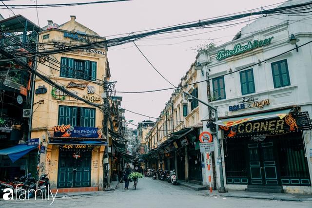 Hồ Hoàn Kiếm ngày cuối tuần bình yên, cuộc sống chậm lại khiến cho nhiều người chợt nhận ra nơi đây có nhiều thứ đẹp mà ngày thường chẳng hề hay biết - Ảnh 28.