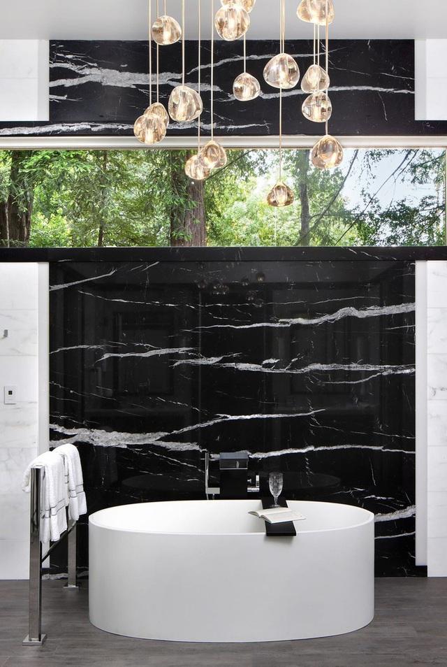 Phòng tắm sang trọng, hiện đại hơn với bồn oval đơn sắc - Ảnh 4.