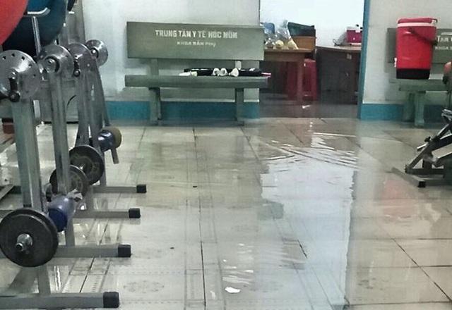 Bệnh viện ngập sâu trong nước sau cơn mưa chiều - Ảnh 4.