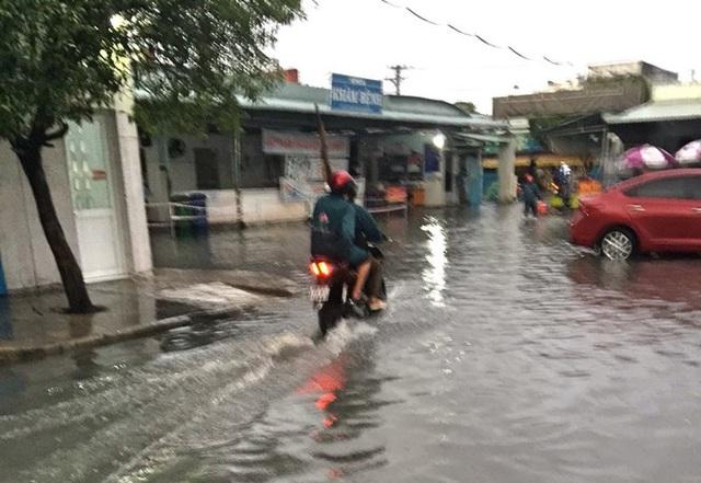 Bệnh viện ngập sâu trong nước sau cơn mưa chiều - Ảnh 5.