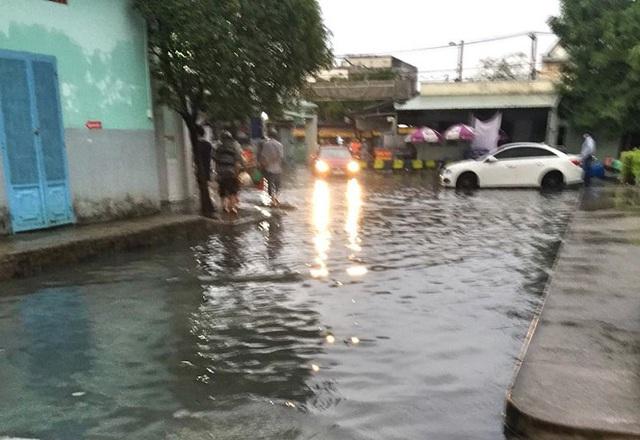 Bệnh viện ngập sâu trong nước sau cơn mưa chiều - Ảnh 6.