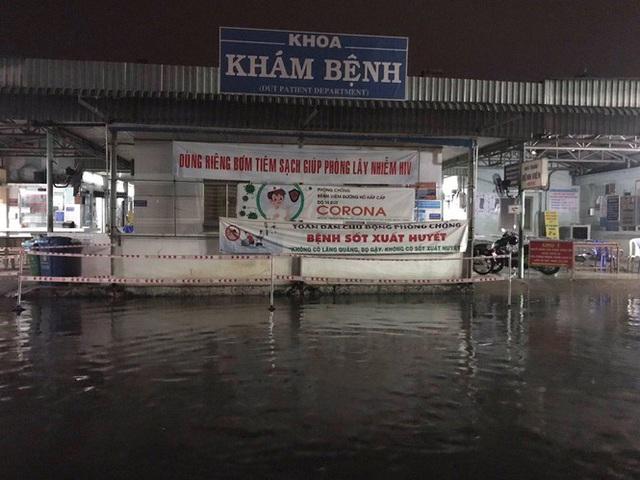 Bệnh viện ngập sâu trong nước sau cơn mưa chiều - Ảnh 7.