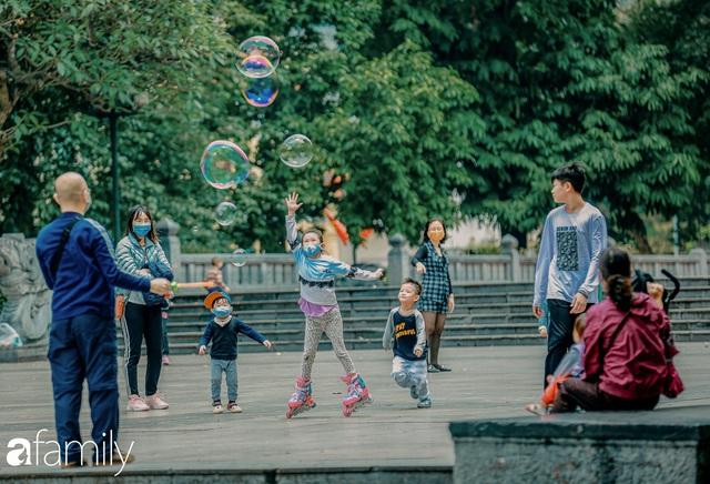 Hồ Hoàn Kiếm ngày cuối tuần bình yên, cuộc sống chậm lại khiến cho nhiều người chợt nhận ra nơi đây có nhiều thứ đẹp mà ngày thường chẳng hề hay biết - Ảnh 7.