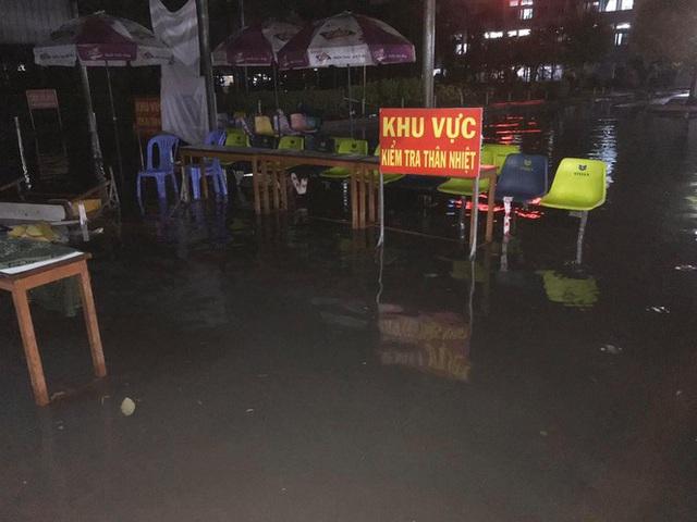 Bệnh viện ngập sâu trong nước sau cơn mưa chiều - Ảnh 8.