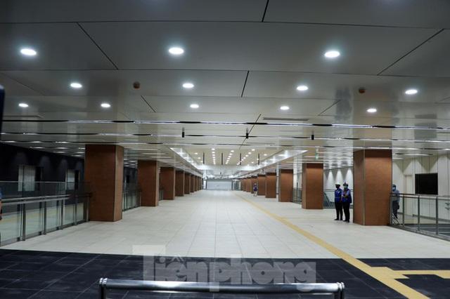 Chiêm ngưỡng nhà ga metro hiện đại đầu tiên dưới lòng đất Sài Gòn - Ảnh 1.