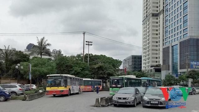 Xe buýt Hà Nội hoạt động thế nào trong những ngày đầu giảm giãn cách? - Ảnh 1.