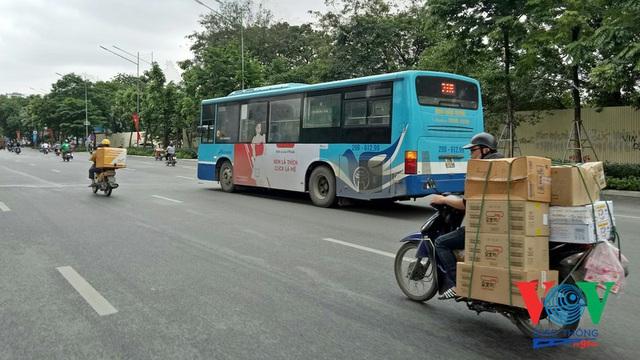 Xe buýt Hà Nội hoạt động thế nào trong những ngày đầu giảm giãn cách? - Ảnh 2.