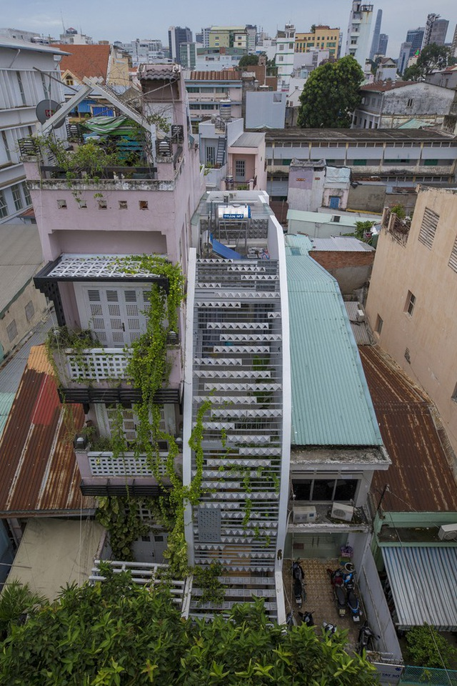 Ngôi nhà ống hẹp ở Sài Gòn với mặt tiền uốn cong vô cùng ấn tượng - Ảnh 2.