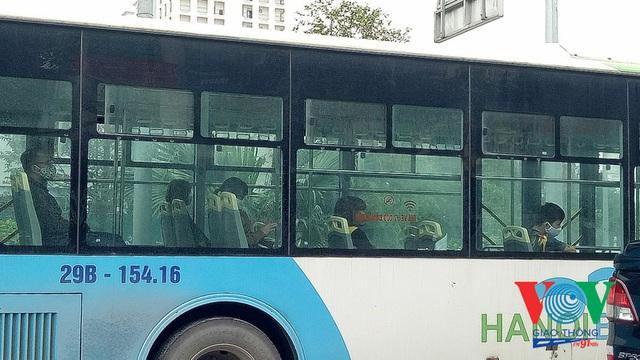 Xe buýt Hà Nội hoạt động thế nào trong những ngày đầu giảm giãn cách? - Ảnh 13.