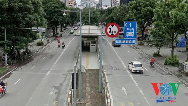 Xe buýt Hà Nội hoạt động thế nào trong những ngày đầu giảm giãn cách? - Ảnh 3.