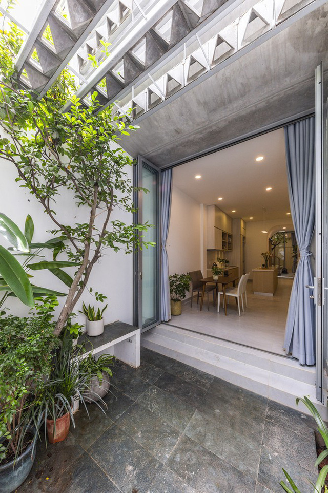 Ngôi nhà ống hẹp ở Sài Gòn với mặt tiền uốn cong vô cùng ấn tượng - Ảnh 4.