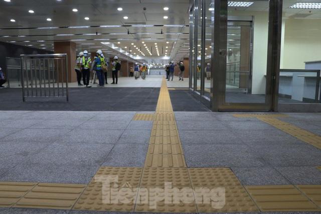 Chiêm ngưỡng nhà ga metro hiện đại đầu tiên dưới lòng đất Sài Gòn - Ảnh 6.