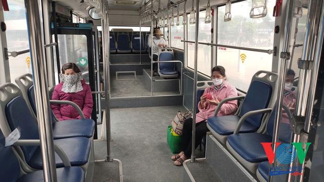 Xe buýt Hà Nội hoạt động thế nào trong những ngày đầu giảm giãn cách? - Ảnh 7.