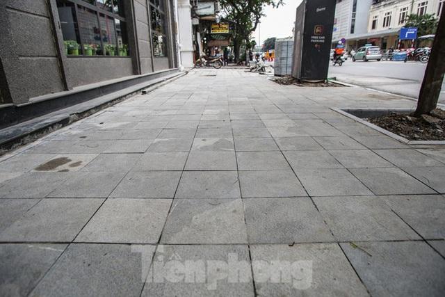 Cận cảnh vỉa hè mới trên những tuyến phố trung tâm của Thủ đô - Ảnh 1.